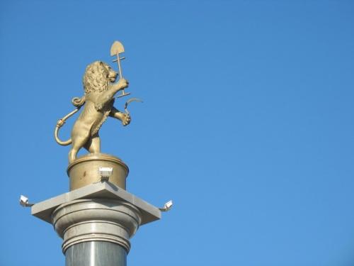 Лев с серпом и лопатой на площади у красноярского вокзала. Что бы это значило?
