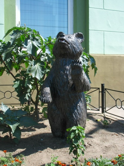 Один из медведов простер лапу в благословляющем жесте