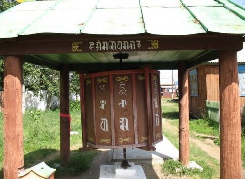 Молитвенный барабан. С него начинается вход в каждый буддистский монастырь.