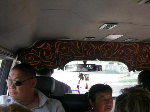 В местных микроавтобусах часто встречается резьба по дереву