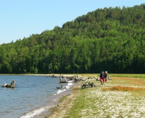 Бредем по Окуневой. В этом, казалось бы, райском местечке не было ни одной палатки и мы догадались, почему - рядом болото с комарами!