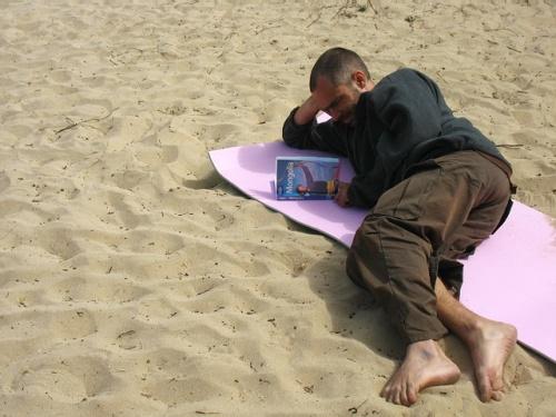 Муни изучает Lonely Planet по Монголии