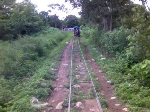 железная дорога-несколько километра и не самая комфортабельная.