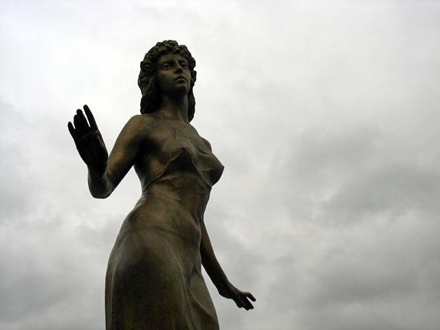 Бронзовая девушка, олицетворяющая Ману