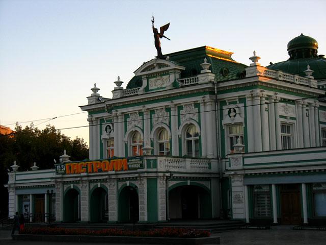 """Драматический театр. По словам Константина, """"если где в этом городе и собираются приличные люди, то именно здесь""""."""