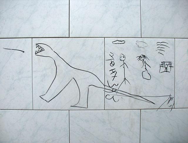 """""""Поимка динозавра"""", рисунок маркером на стене отеля """"Мандукай"""""""