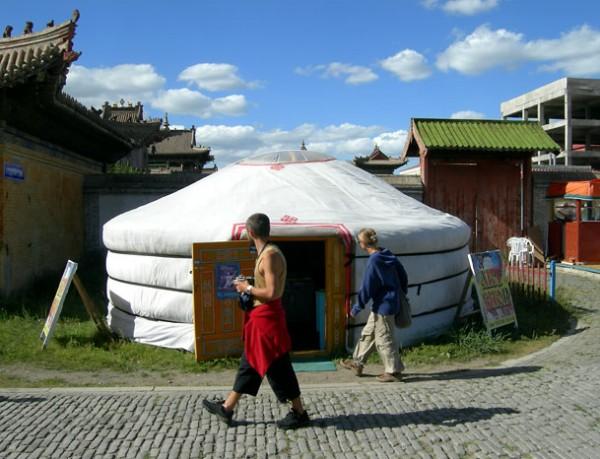 Улан-Батор. Лезу в юрту с сувенирами