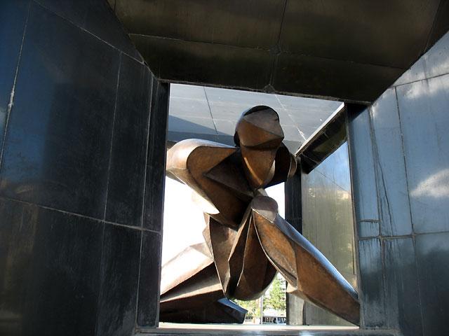 """Улан-Батор. Скульптурная композиция """"человек в кубе""""."""