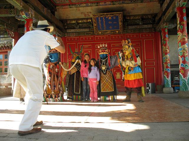 После представления можно сфотографироваться с богами