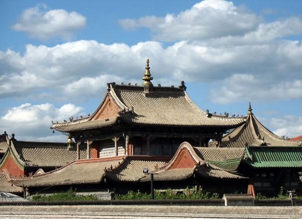 Форма крыш удивительно гармонирует с облаками