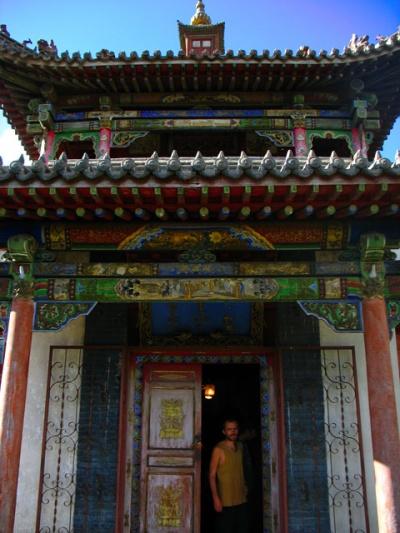 Заходим внутрь одного их храмиков