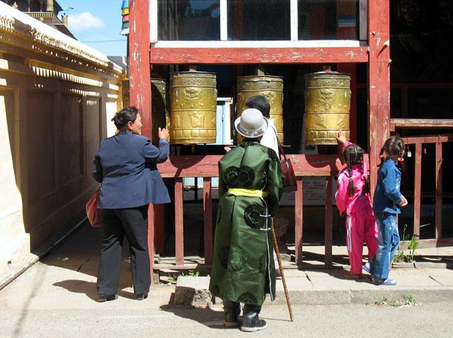 Улан-Батор. Монастырь Гандан. Молитвенные барабаны