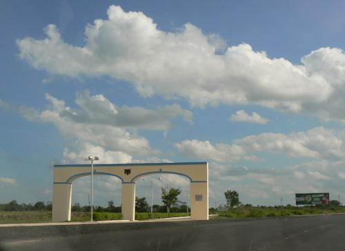 Эти арки часто встречаються-обычно с ними обозначают границы местные хасиенды.