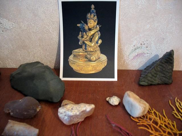 Открытка из Монголии в окружении камней из пустыни гоби и водорослей из Рамешварама. На моем столе