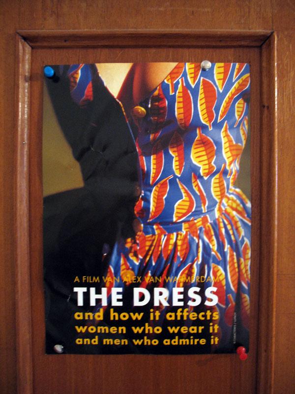 """Плакат фильма голландского режиссера Алекса ван Вармердама """"Платье"""". Висит на шкафу."""
