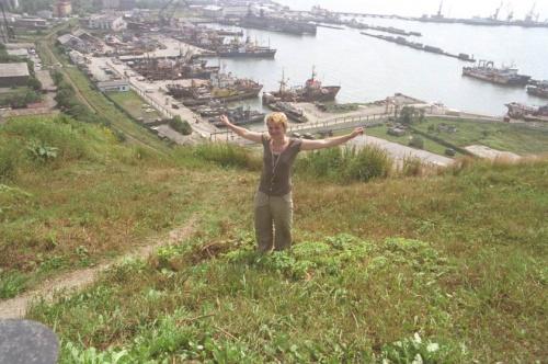 я на фоне города-порта Корсакова перед отплытием