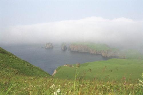 мыс край света ....это не камушки это отвесные скалы высотой не меньше 20 метров
