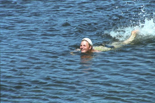 плыву...а вернее иду на руках...глубина воробью по колено...но глубже уплыть никак...оченно холодно