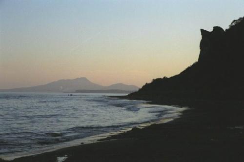 закат на океане и скала-ангел справа