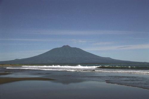 Тятя и отражение в отшлифованной глади песчаных пляжей.