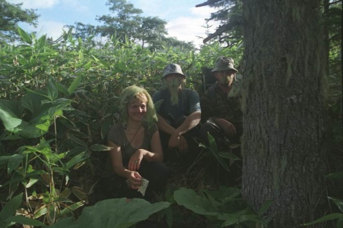 мы обрядились в мох и позируем сидя в бамбуках на дороге от квадроциклов