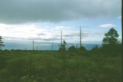 посмотрите как переливается океан отражая облака