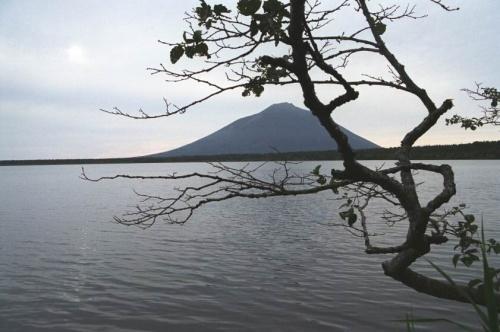озеро Лесозоводское и вид на вулкан Атсонопури.Япония отдыхает