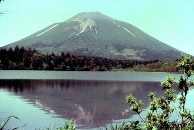 Вулкан Атсонупури и озеро Наташа.
