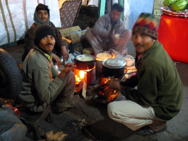 Кухня на мостовой. Рикши на улице готовят себе полноценный ужин - две кастрюли (наверное, с рисом и сабджи) и чапати.  Улица в Пахаргандже, Дели.
