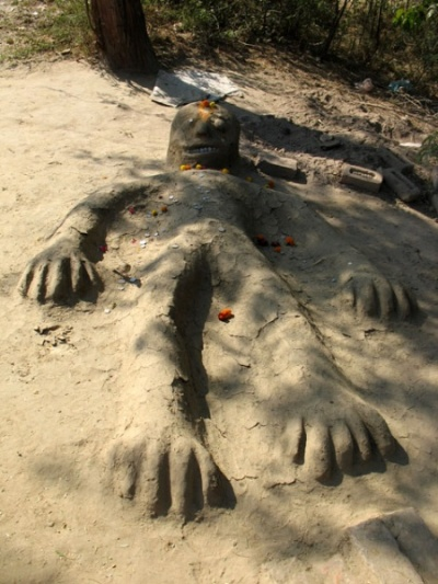 Слепили бога. Во Враджа-Вриндаване поклоняются Говардхану и так - слепят из земли и навоза, монетки вместо глаз и зубов - и бог готов. Говардхан