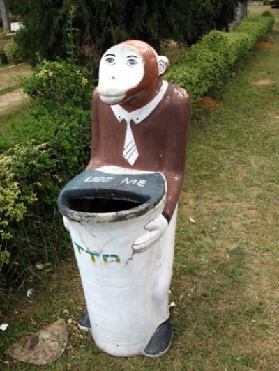 """""""Используй меня"""" скромно просит урна-обезьянка. И кем надо было быть в прошлой жизни, чтоб так """"повезло""""? Тирупати"""