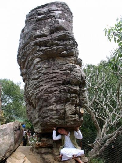 Атлант. Шьям держит скалу. Тирупати