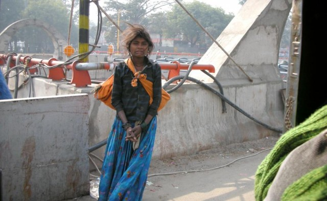 она стояла и думала о чем то своем...Но увидев нас,проезжающих в моторикше моментально скривила свою симпатичную мордочку и театрально заныла:))