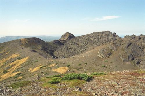 вид на вершинки вулкана и его второй купол