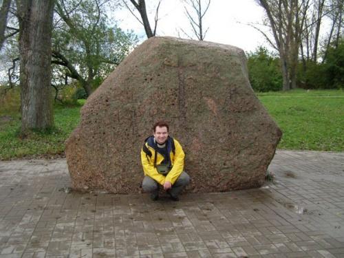 За моей спиной Борисов камешек с надписями 12 века