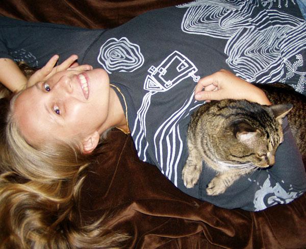 А еще я люблю тискать котов и рисовать акрилом на футболках