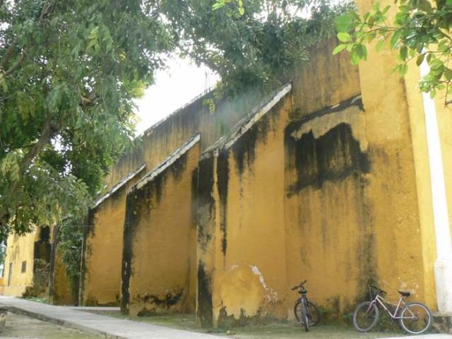 Стены у них иногда очень можные-строили тогда и как крепости против местные индейцы. Потому что сопротивление здесь длилось долго-до середине 19 столе