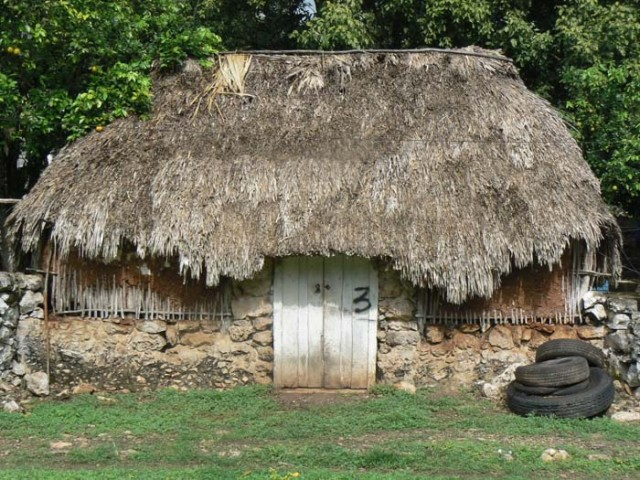Эти деревенские дома очень практичные-и в самая жаркая погода в них холодно-палмовые листья очень хорошо это делают. Подобные дома я видел в Украина