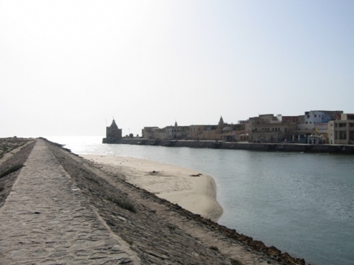Город разделен с пляжем рекои, которую утром можно переити самому а после обеда только на лодке