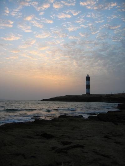 в правои части побережья  до маяка лишь скалы