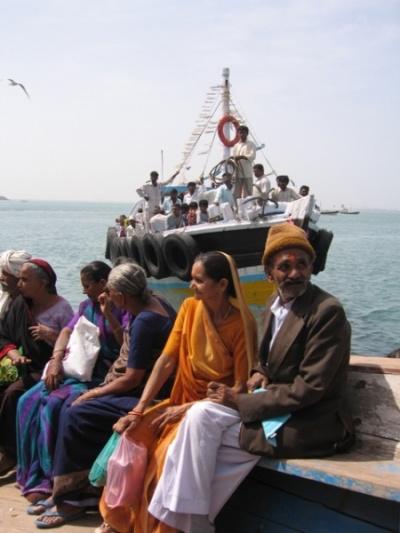 в лодке по дороге на остров бет-дварака