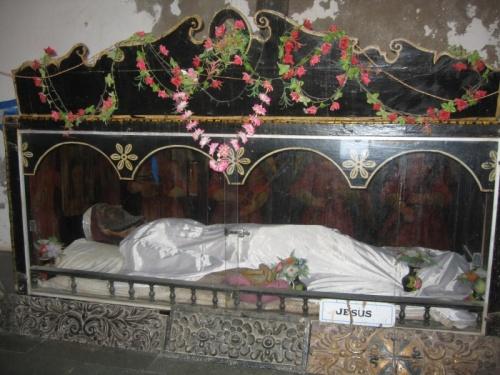 а внутри лежит Иисус в качестве экспоната музея Диу