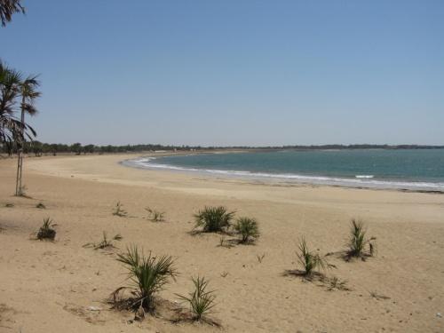 Самый популярный пляж - нагоа бич - богатые индусы расслабляются в дорогих отелях