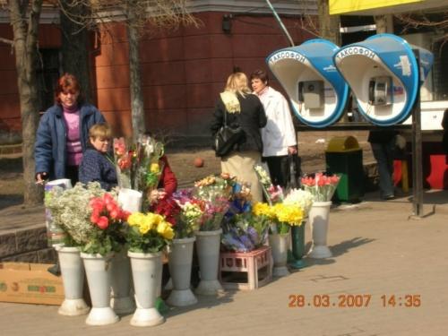 Весна пришла в город. Сама себе цветы покупаю иногда - сознаюсь...