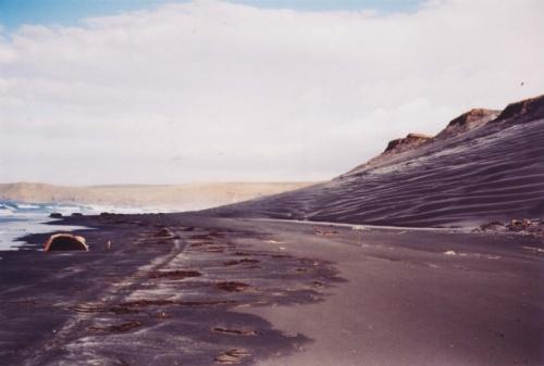 подползаю к ветровому перешейку,здесь от сильного ветра образовались настоящие дюны с рисунком