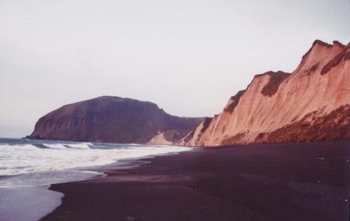 белые скалы океанской стороны окрашенные рассветом,на фоне мыса Конакова