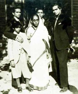 Мать Удая Шанкара с сыновьями в Париже в 1931 г. Удай крайний справа, самый младший - Рави Шанкар.