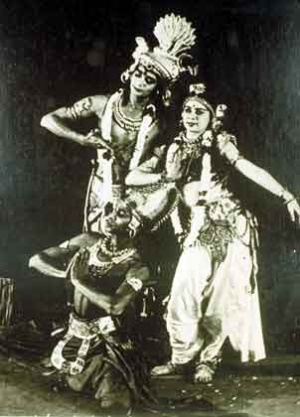 Удай и Simkie в роли Шивы и Парвати. Спереди сидит брат Удая - Девендра.