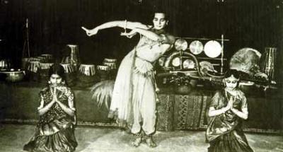 Танец с Амалой (женой) и кузиной Канакалатой. Положение рук танцовщика просто фантистическое!