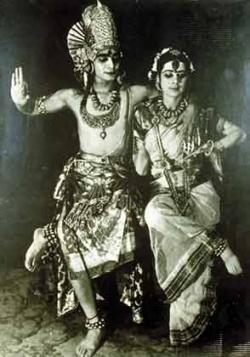 Удай в роли Шивы, Simkie (французская танцовщица) в роли Парвати.
